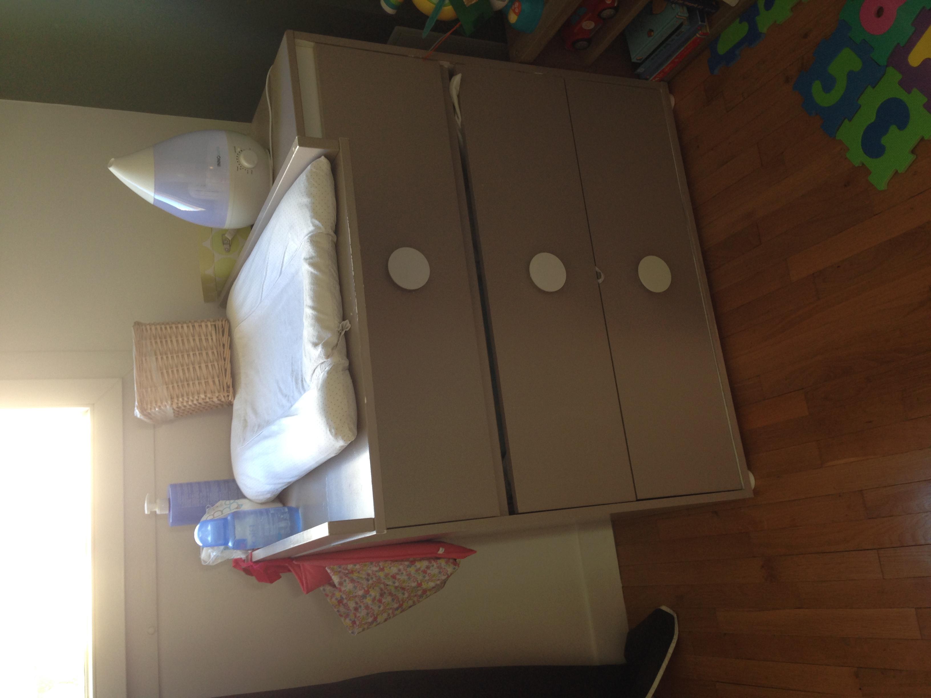 Photo don Commode avec table à langer et lit bébé
