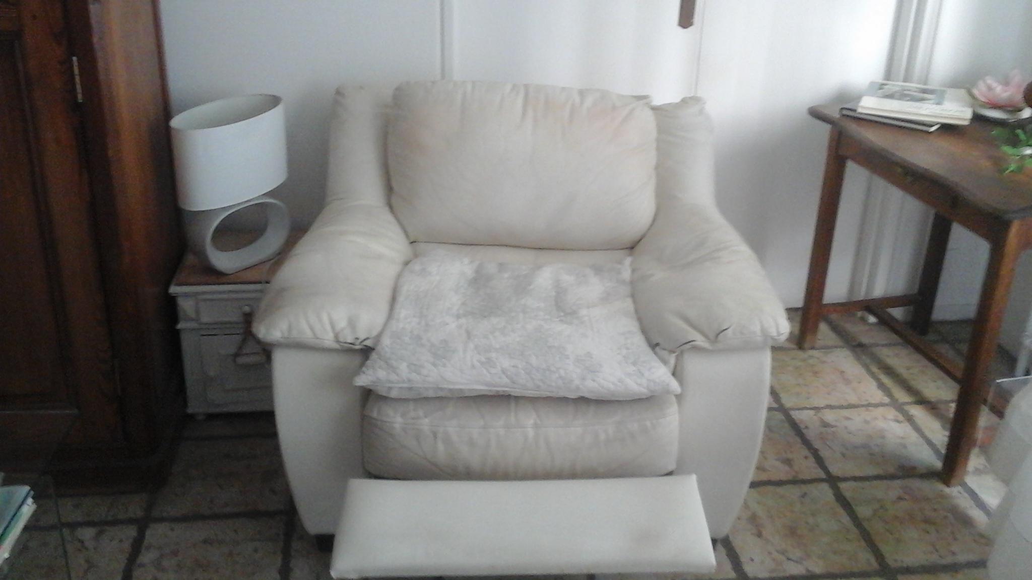 Photo don Fauteuil relax en cuir blanc